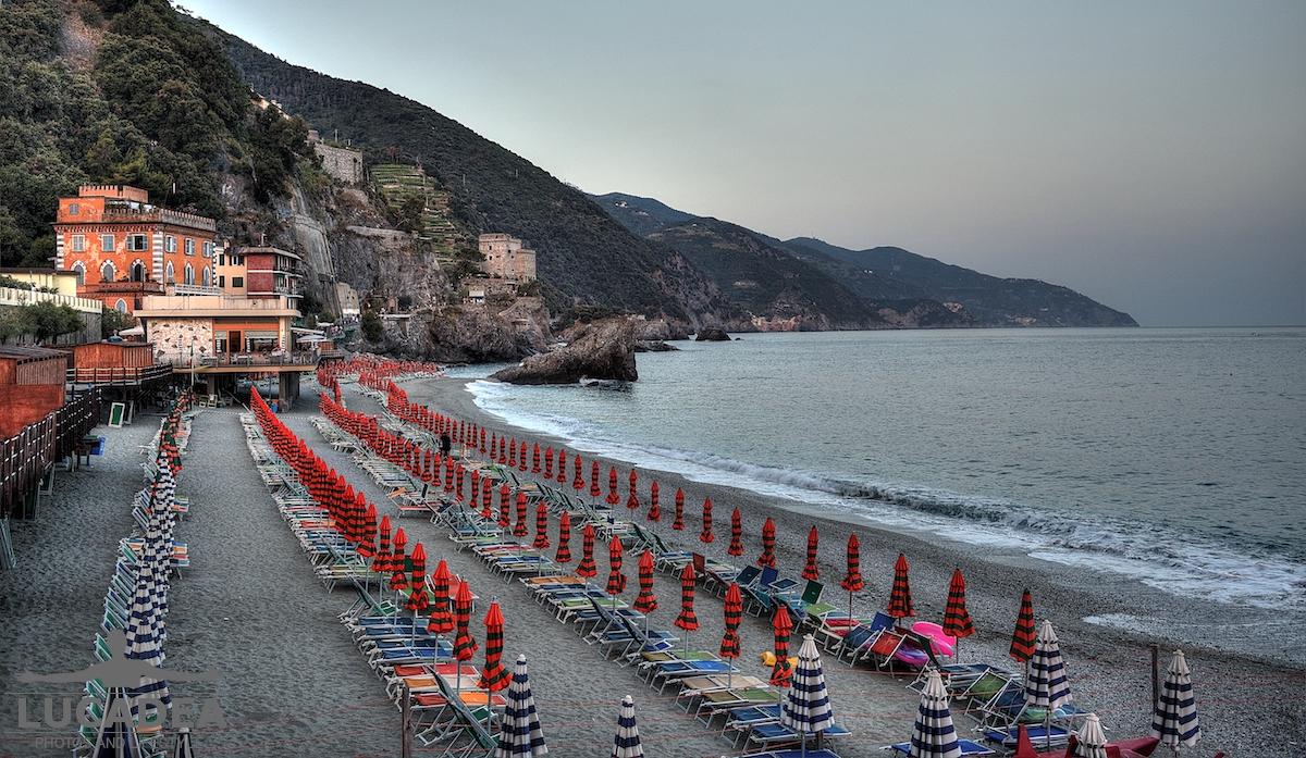 Lettini e ombrelloni chiusi a Monterosso