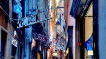 Scritte luminose nei vicoli di Genova