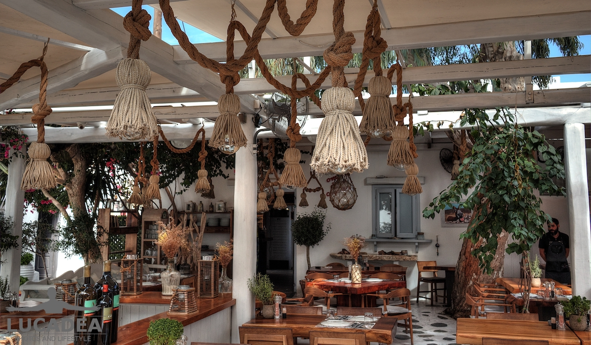 Nodi in un ristorante a Mykonos