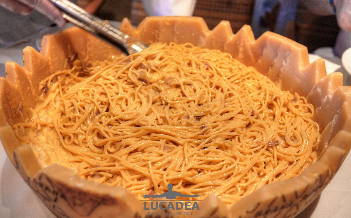 Pasta alla carbonara nella forma di grana