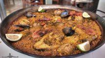 Un piatto di paella di pesce