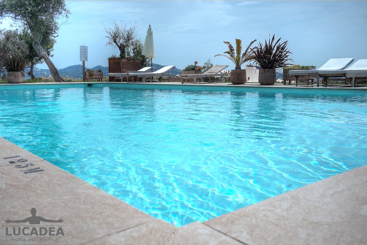 Piscina con vista su Ibiza