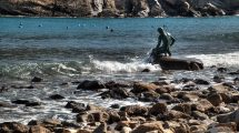 La statua del pescatore in Baia del Silenzio