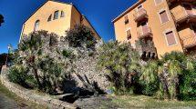Le mura del castello sull'isola di Sestri