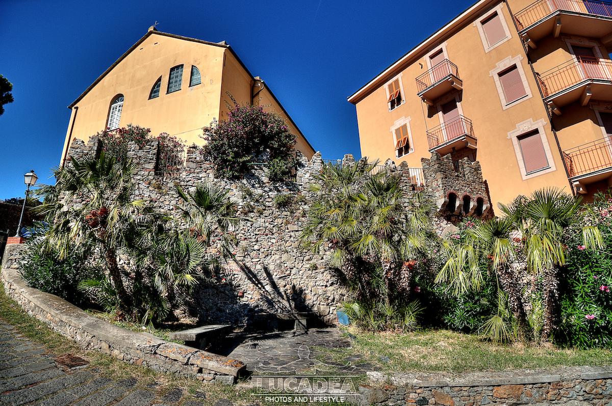 Le mura del castello sull'isola di Sestri Levante