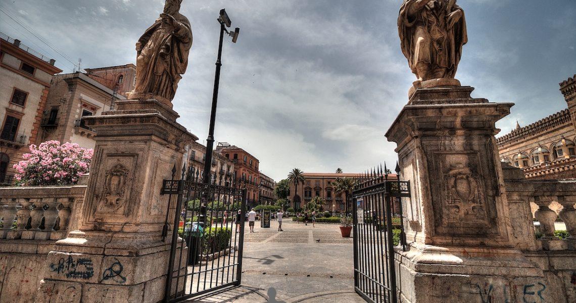 Le statue fuori dalla Cattedrale di Palermo
