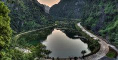 Lago e grotta di Tuyet Tinh Coc