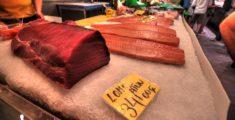 Tonno e salmone al mercato in Spagna