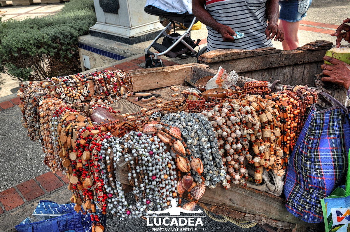 Collane in legno e conchiglie a Barbados