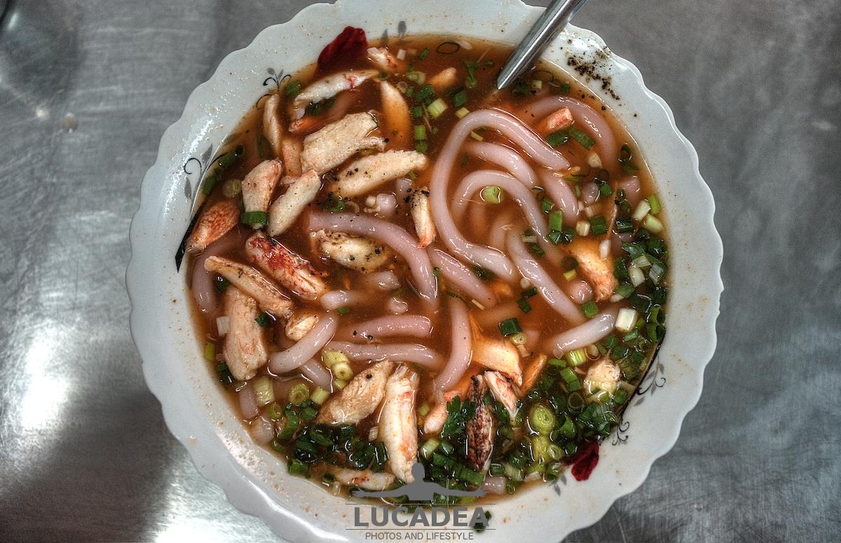 Zuppa di granchio e noodles dall'alto