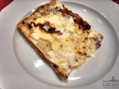 Una fettina di focaccia al formaggio