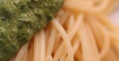 Spaghetti al pesto artistici a casa
