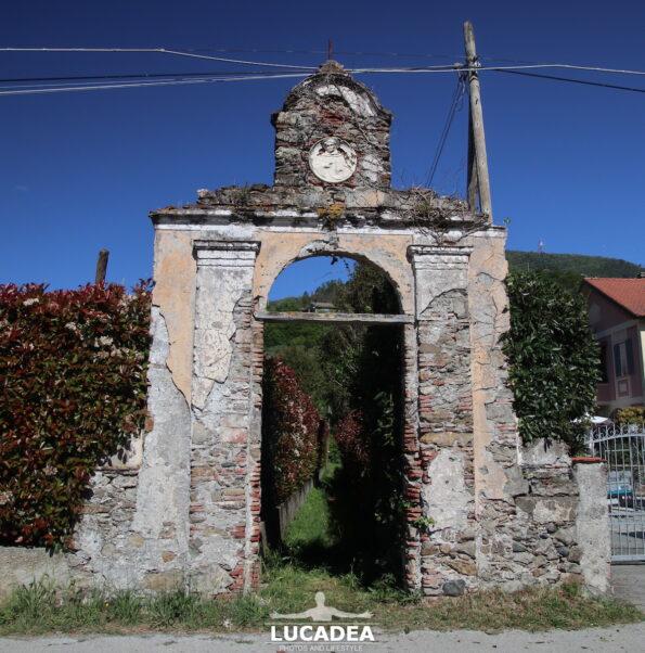 Ruderi di un portale lungo il Gromolo