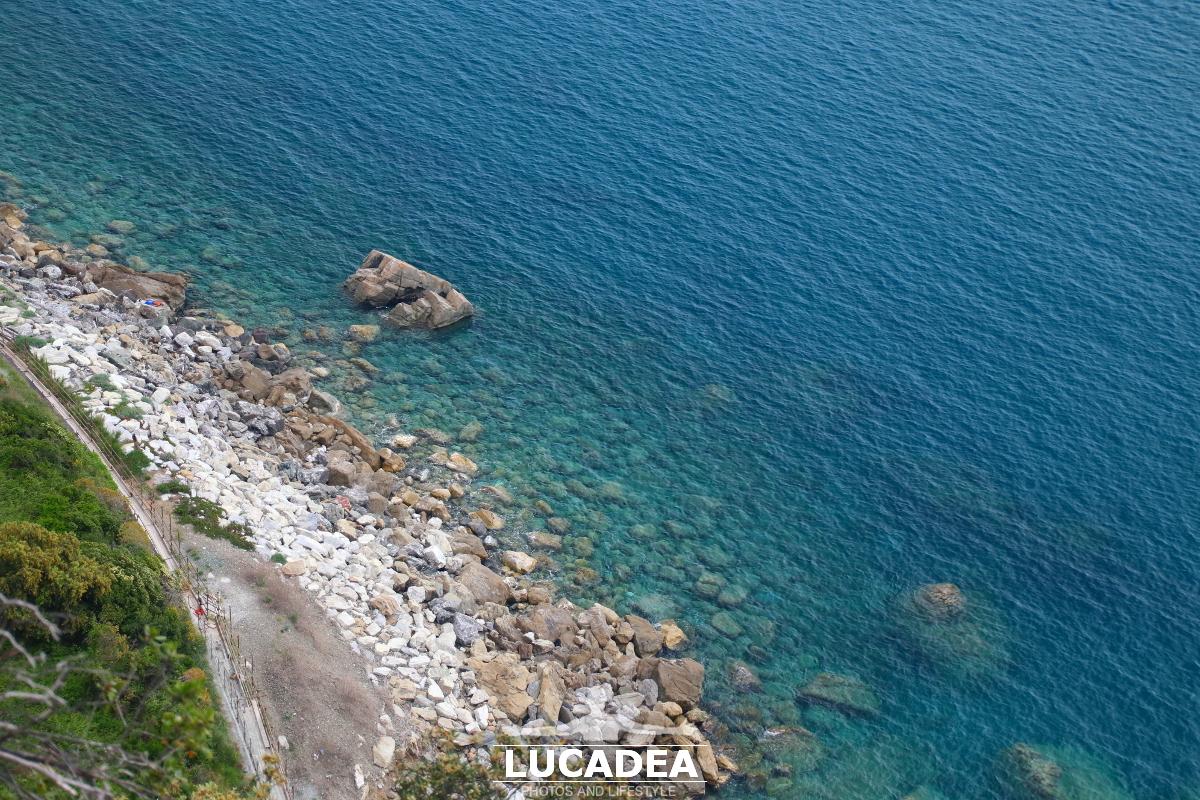 Il mare sotto alle gallerie di Sestri Levante
