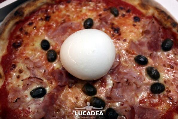 Pizza prosciutto olive e bufala
