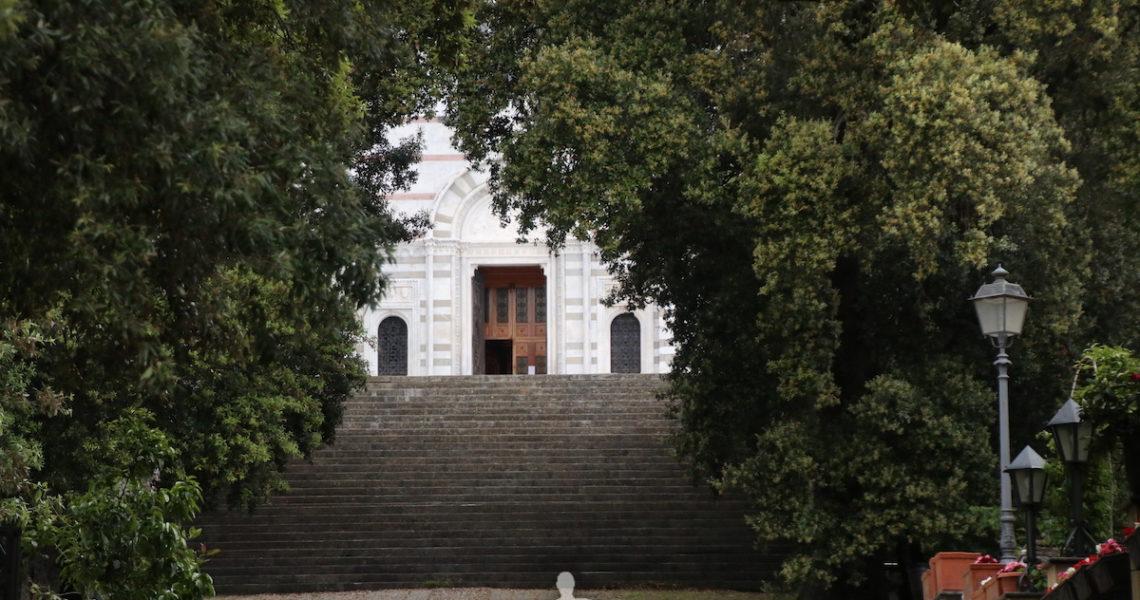 La scalinata del Santuario di Montallegro