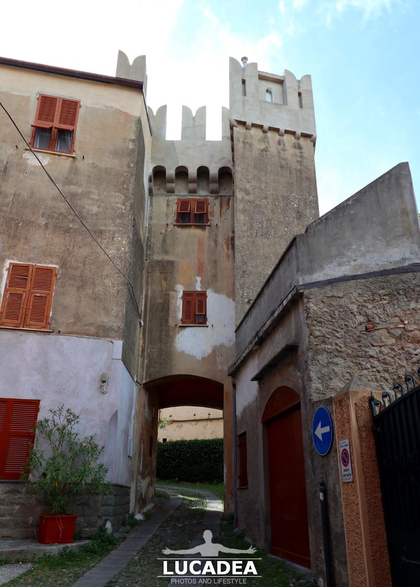 Un portale delle mura dei Castelli a Sestri