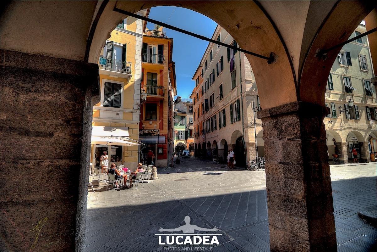 Via Grimaldi a Chiavari da sotto i portici