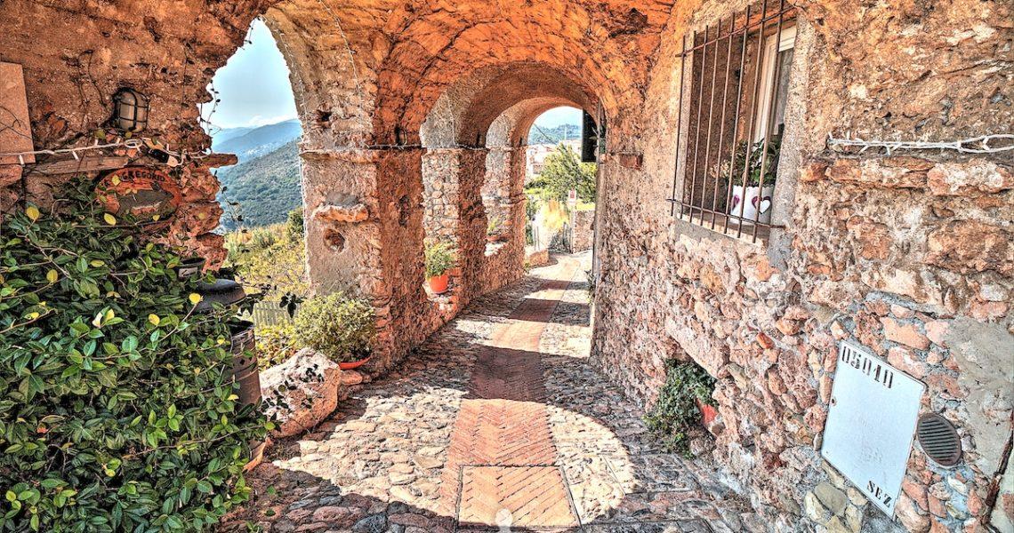 Il famoso portico di Borgio Verezzi