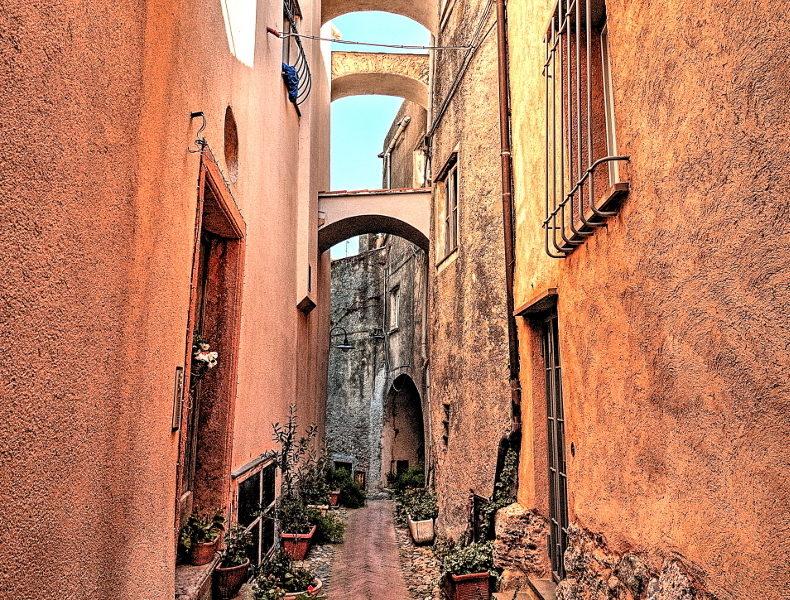 Vicoli ed archi di Borgio Verezzi