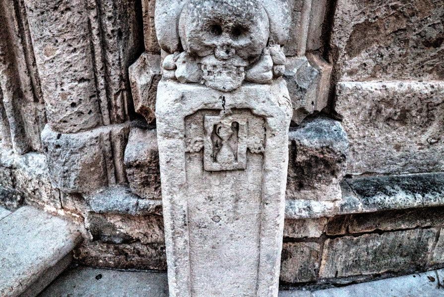 Un teschio in pietra di fronte ad una chiesa