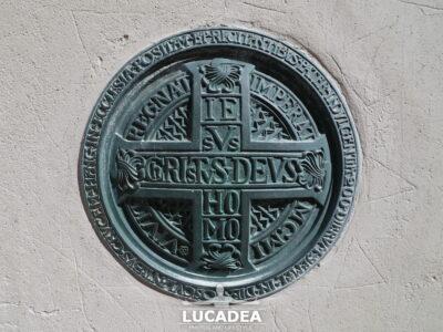 Targa in bronzo sulla chiesa di Camogli
