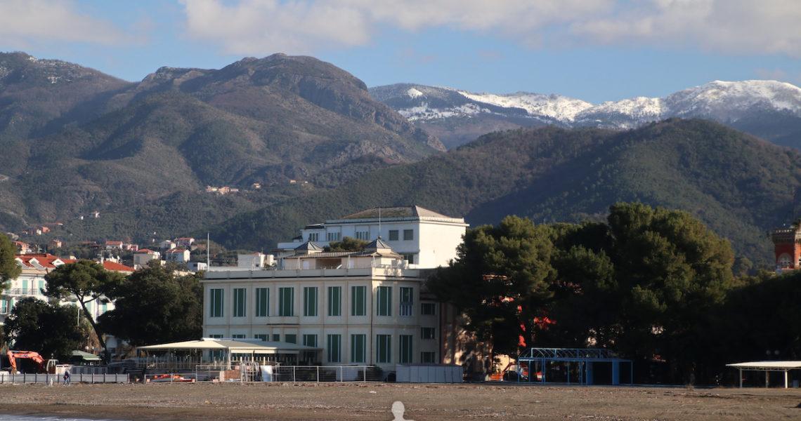 Montagne innevate alle spalle di Sestri Levante