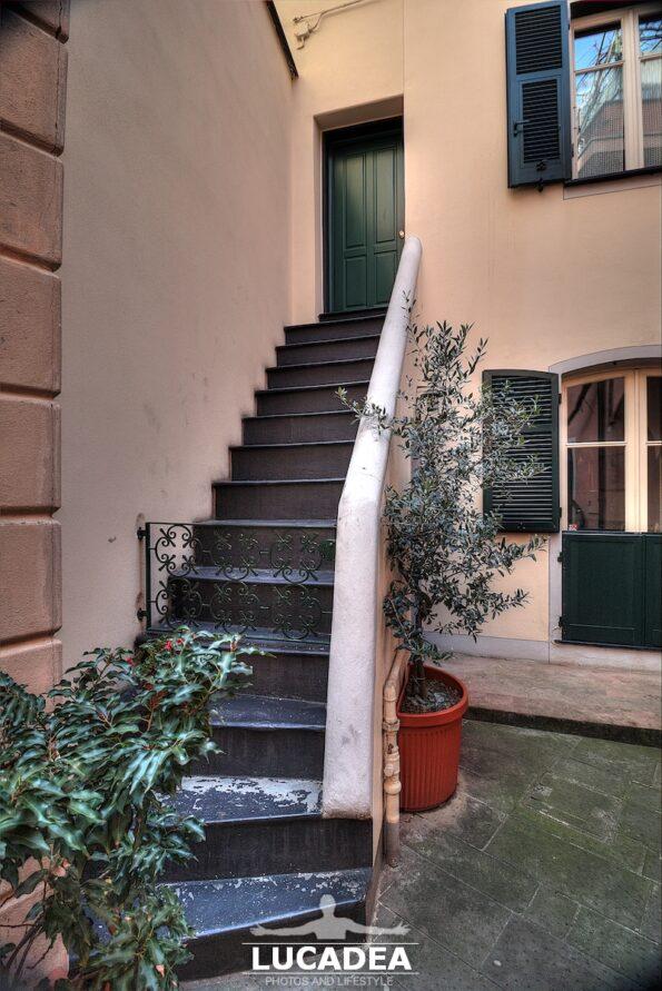 Scorcio di una scalinata in Vico Marina di Ponente a Sestri