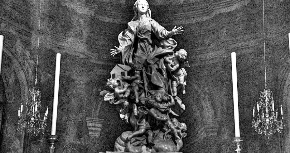 La statua di Santa Maria di Nazareth