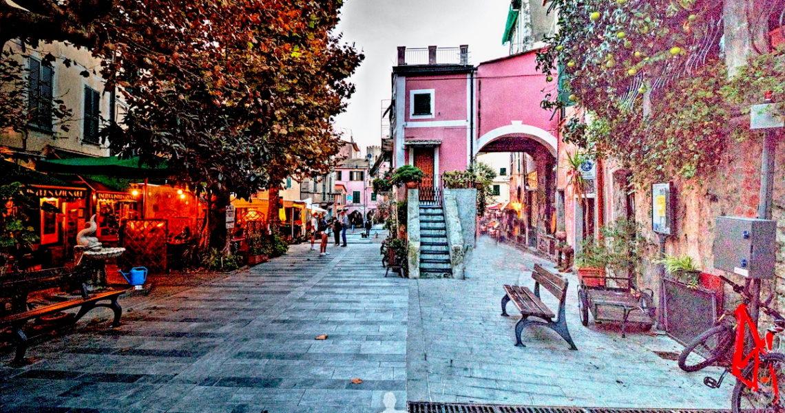 Una piazzetta di Monterosso alle Cinque Terre