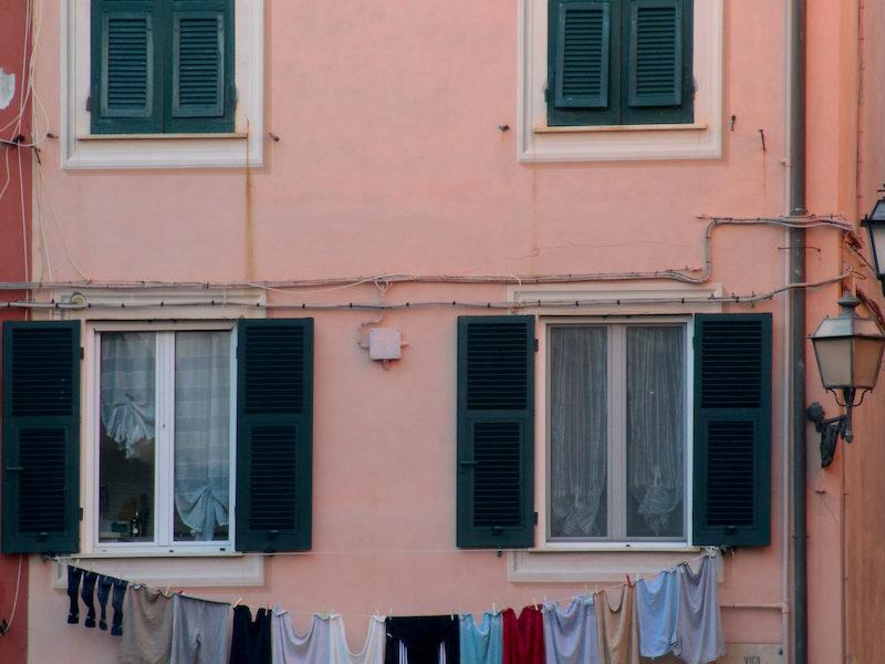 Una casa con i panni stesi a Sestri Levante