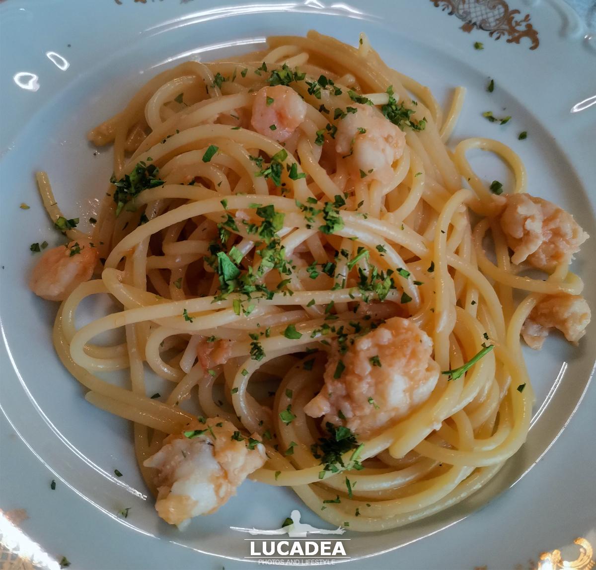Spaghetti con sugo di pomodorini, sgombro, pannocchie e gamberetti, la ricetta