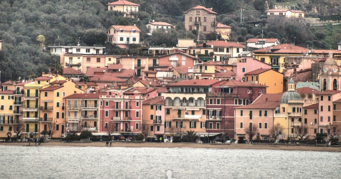 Il borgo di San Terenzo visto da Lerici