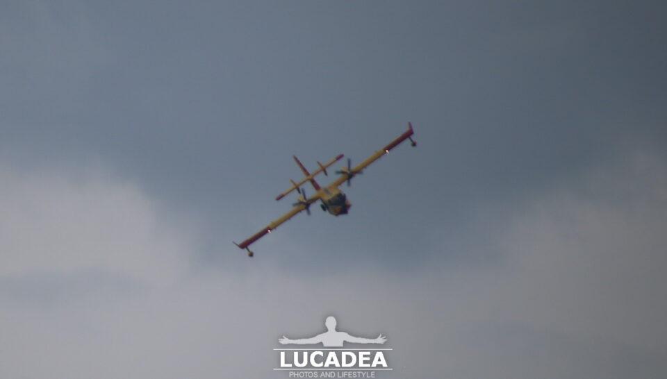 Un Canadair che fa delle esercitazioni