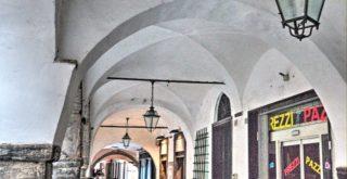 Sotto i portici di via Rivarola a Chiavari